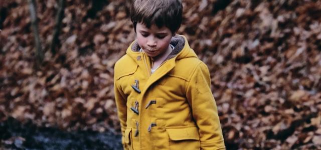 ダッフルコートを着た少年
