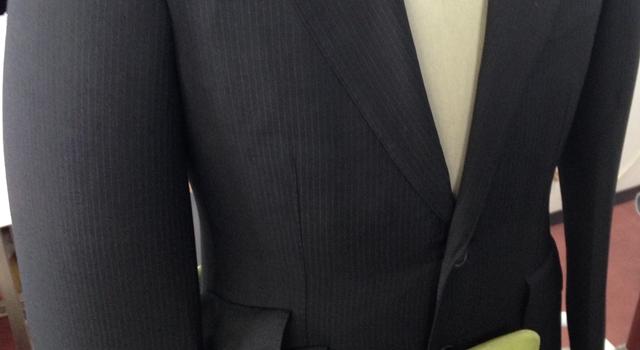 プレス機にセットされたスーツ