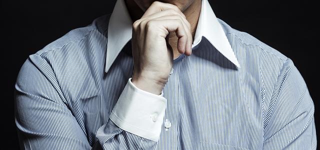 クレリックシャツを着た男性