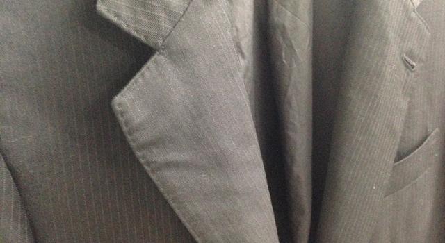 洗いジワがついたスーツ