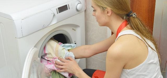 自宅で洗濯する女性
