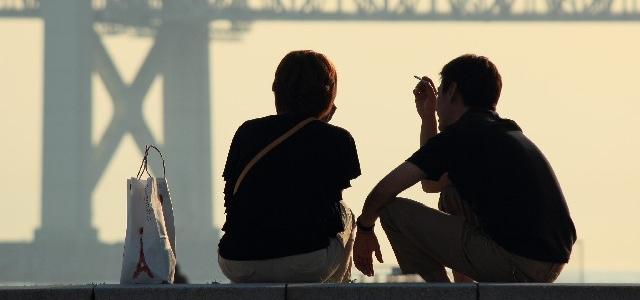 タバコを吸っているカップル