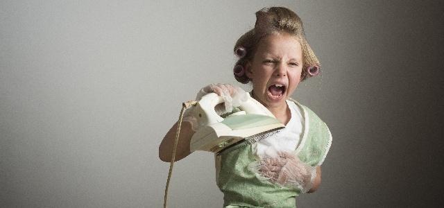 アイロンから蒸気が出なくて怒る女の子
