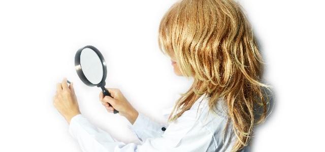 ウィルスをチェックする女性