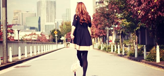 クリーニング店を探して歩く女性