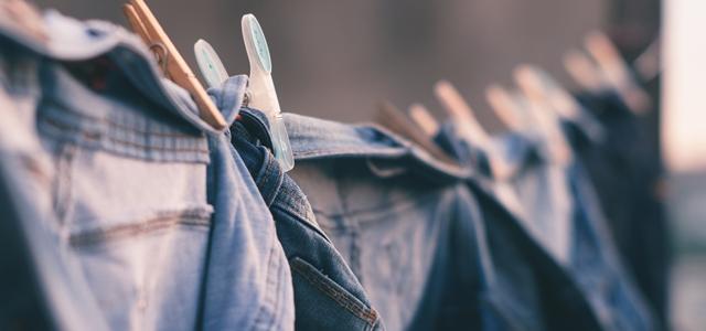 ジーンズを色落ちしさせたくないならクリーニングと家庭洗濯どちらがいい?