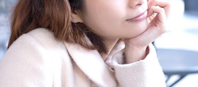 白いコートを着た女性