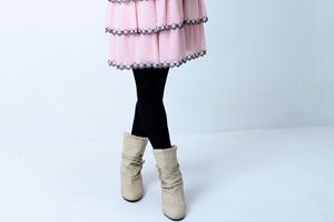 フリルのスカートとムートンブーツ