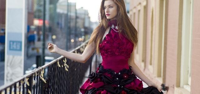 鮮やかな色のドレスを着た女性