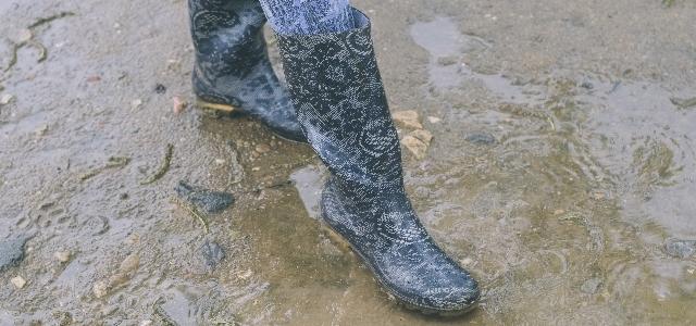 水に濡れた長靴