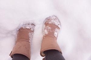 雪道を歩いている足