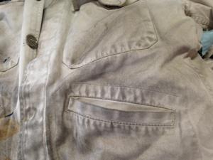 機械油がついた作業服