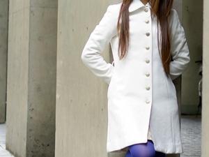 ハーフコートを着た女性