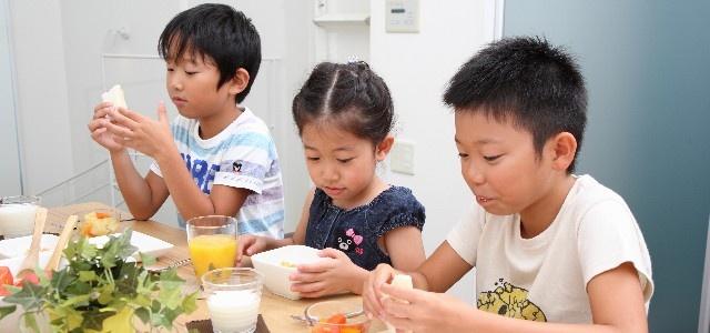 食べこぼしに注意する子供たち
