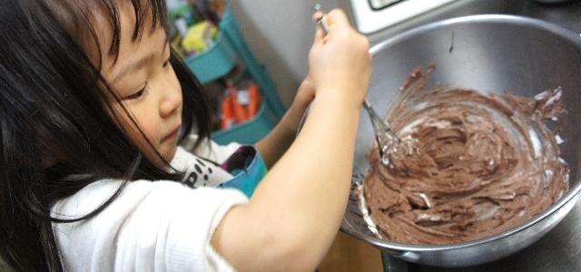 チョコレートをかき混ぜる女の子