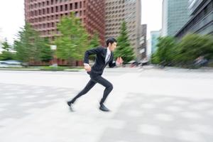 スーツを着て駆け回るビジネスマン