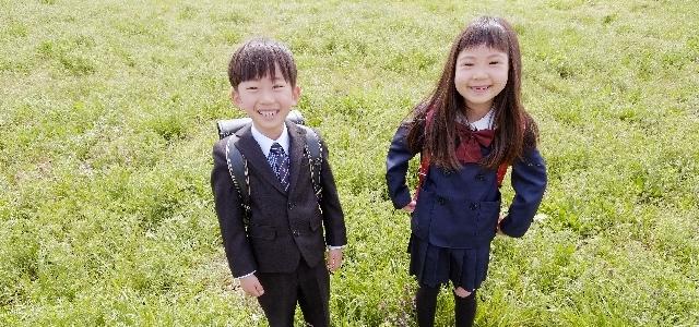 入学式を迎えた男の子と女の子