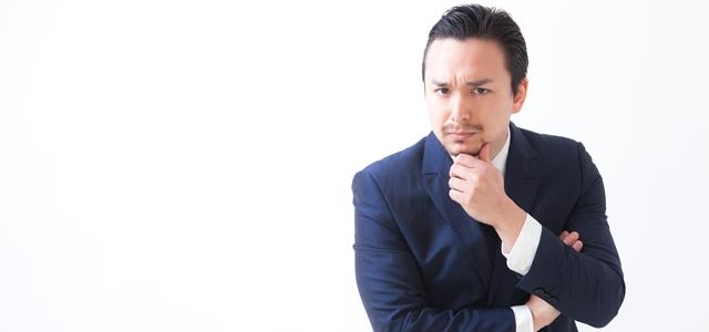 スーツのクリーニング頻度について考える男性