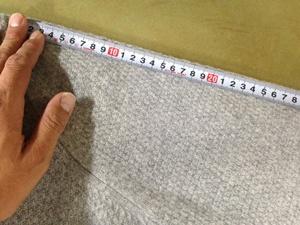 セーターの寸法を測る