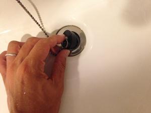 洗面台の栓をする
