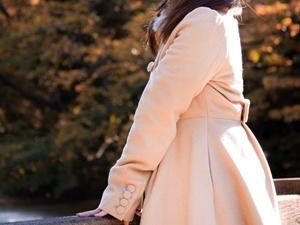 カシミヤコートを着た女性