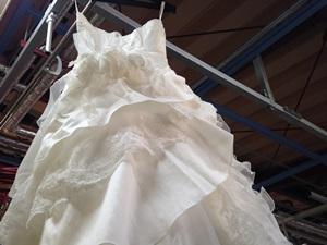 ハンガーで吊るされたウェディングドレス