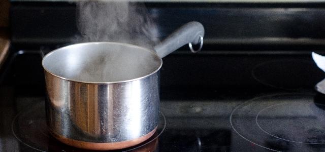 お湯を沸騰させている鍋