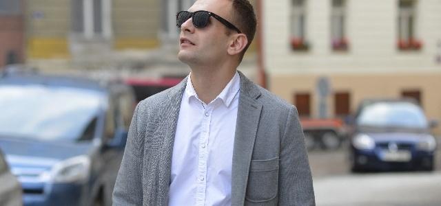 綿のジャケットを着た男性