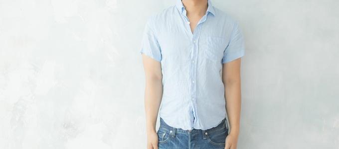 麻シャツを着た男性