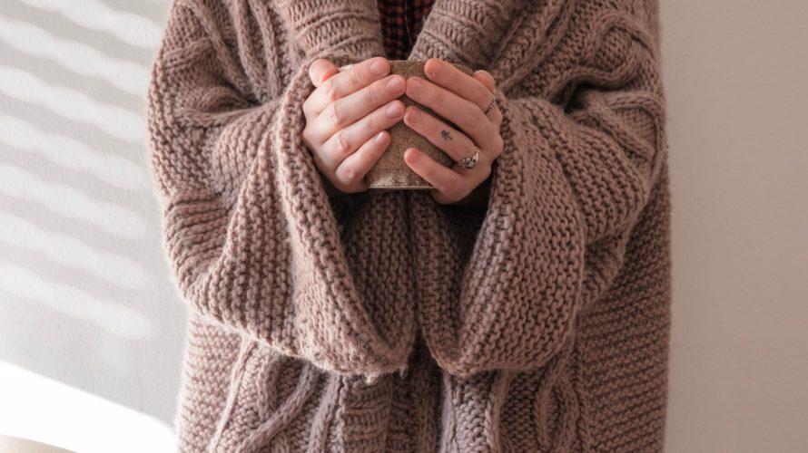 厚手のニットを着ている女性