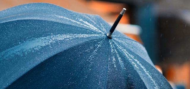 傘が雨の水滴をはじかなくなった!?その理由と復活方法