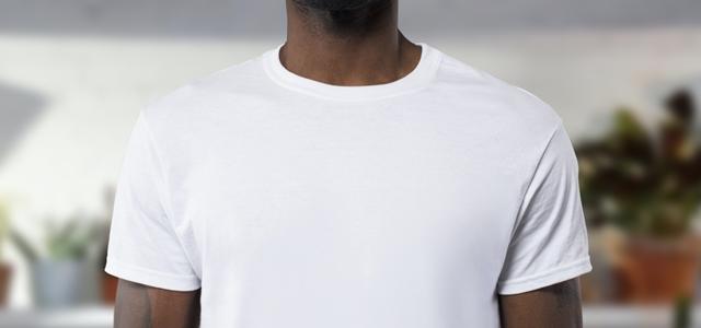 白シャツを着た男性