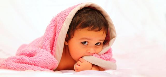 毛布をかぶる子供